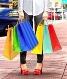 Donne con i sacchetti della spesa Fotografie Stock