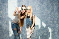 Donne con i telefoni all'interno Fotografia Stock