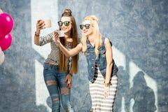Donne con i telefoni all'interno Fotografia Stock Libera da Diritti