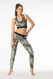 Donne con i vestiti d'uso di sport dell'ente muscolare fotografie stock