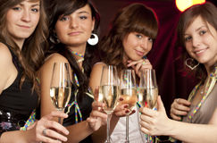 Donne con i vetri di champagne Fotografia Stock