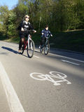Donne con il bambino sulla bicicletta Immagini Stock
