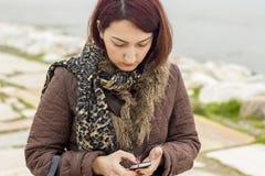 Donne con il telefono Fotografie Stock Libere da Diritti