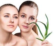 Donne con la pianta di vera dell'aloe e la pelle perfetta Immagini Stock Libere da Diritti