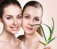 Donne con la pianta di vera dell'aloe e la pelle perfetta Immagine Stock