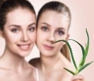 Donne con la pianta di vera dell'aloe e la pelle perfetta Fotografie Stock Libere da Diritti