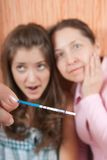 Donne con la prova di gravidanza Immagine Stock