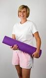 Donne con la stuoia di Polaties di yoga Fotografie Stock