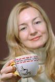 Donne con la tazza di cofee di mattina Fotografie Stock Libere da Diritti