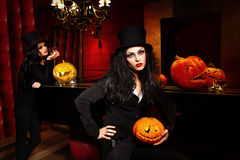 Donne con la zucca di Halloween fotografie stock libere da diritti