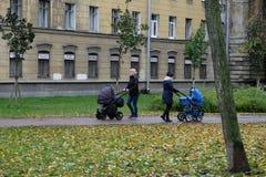 Donne con le carrozzine nel parco Fotografie Stock Libere da Diritti