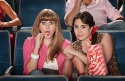 Donne con le mani della holding del popcorn Fotografia Stock
