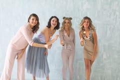 Donne con le stelle filante, gruppo felice di amici che accendono le stelle filante Immagine Stock