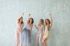 Donne con le stelle filante, gruppo felice di amici che accendono le stelle filante Fotografia Stock Libera da Diritti