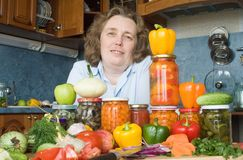 Donne con le verdure ed i vasi Immagine Stock