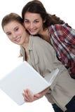 Donne con un computer portatile Fotografia Stock