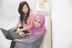 Donne con un computer portatile Immagini Stock Libere da Diritti