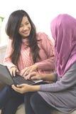 Donne con un computer portatile Immagini Stock
