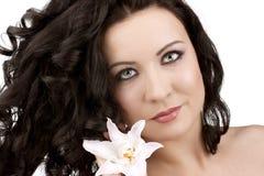 Donne con un fiore del giglio fotografia stock