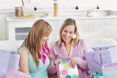 Donne contentissime con i sacchetti di acquisto Immagine Stock
