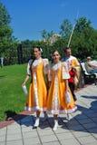 Donne in costume nazionale nel parco di Tsaristyno Fotografia Stock Libera da Diritti