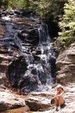 Donne da Waterfall Immagine Stock Libera da Diritti
