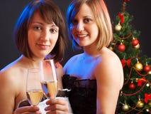 Donne davanti all'albero di Natale Immagini Stock