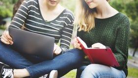 Donne degli studenti che confrontano le idee concetto di discussione di progetto Fotografie Stock