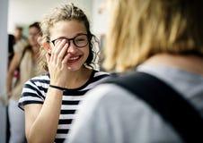 Donne degli studenti che stanno parlanti sulla rottura Fotografia Stock Libera da Diritti