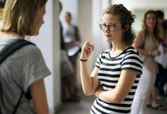 Donne degli studenti che stanno parlanti sulla rottura Immagine Stock