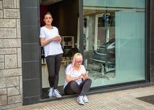 Donne dei parrucchieri in un tempo della pausa caffè Fotografie Stock Libere da Diritti