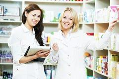 Donne del chimico della farmacia in farmacia Immagini Stock Libere da Diritti