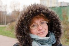 Donne del ritratto sulla passeggiata nel parco della città Fotografie Stock Libere da Diritti