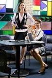 donne del tavolo di riunione dei computer portatili due giovani Fotografia Stock