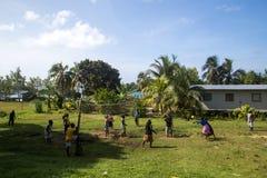 Donne del villaggio che giocano pallavolo, Solomon Islands Fotografie Stock