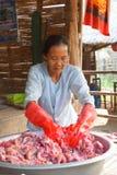 Donne del villaggio che preparano pesce acido fermentato Fotografia Stock