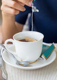 Donne della mano immerse in tazza di tè Fotografia Stock Libera da Diritti