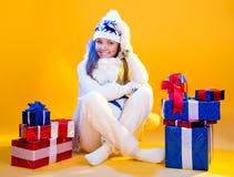 Donne della Santa con i sacchetti Bella festa del regalo di Natale e del nuovo anno Immagini Stock Libere da Diritti