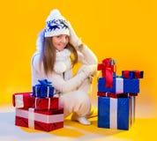 Donne della Santa con i sacchetti Bella festa del regalo di Natale e del nuovo anno fotografie stock libere da diritti