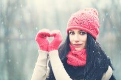 Donne della Santa con i sacchetti A partire dall'inverno con amore Immagini Stock Libere da Diritti