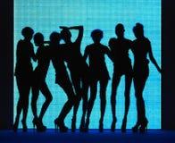 Donne della siluetta 7 con priorità bassa blu immagini stock libere da diritti