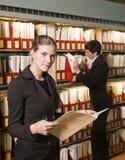 donne delle biblioteche due Fotografie Stock