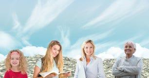 Donne delle generazioni di età che crescono con i soldi ed il cielo Fotografia Stock