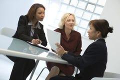 Donne di affari alla riunione Immagini Stock