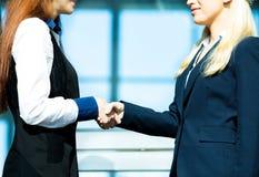 Donne di affari che agitano le mani Fotografia Stock Libera da Diritti