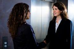 Donne di affari che agitano le mani Fotografie Stock Libere da Diritti