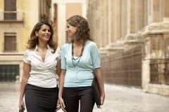 Donne di affari che camminano attraverso la città Immagini Stock Libere da Diritti
