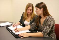 Donne di affari che catturano le note Immagini Stock Libere da Diritti