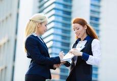 Donne di affari che firmano capitolato d'oneri Immagini Stock Libere da Diritti