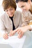 Donne di affari che lavorano al computer portatile Fotografia Stock Libera da Diritti